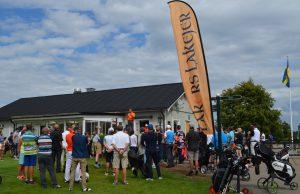 Per Ström från Alvesta Golfklubb samlar alla före start.
