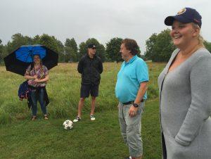 Oliver Bohms lag gör sig redo för fotbollsgolfen.